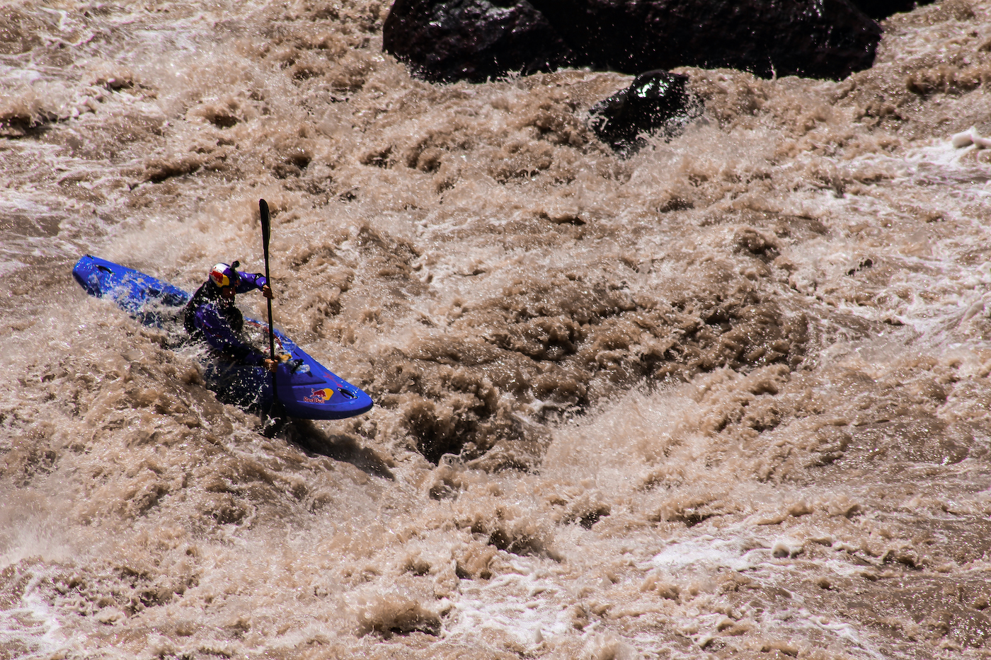 Aniol Serrasolses kayaking on the Maipo River. Photo: Paulo Urrutia Barceló