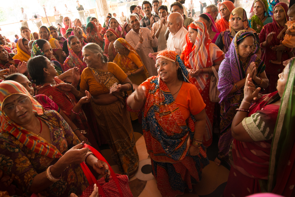 Britt took this picture at a temple in Rajasthan during the student expeditions of National Geographic. What impressed her most during this part of her stay in India was the solidarity among women there. They know the dangers that a woman can face when alone, so they always protect each other. This photo shows affection between strangers, who welcome a woman after a trip.