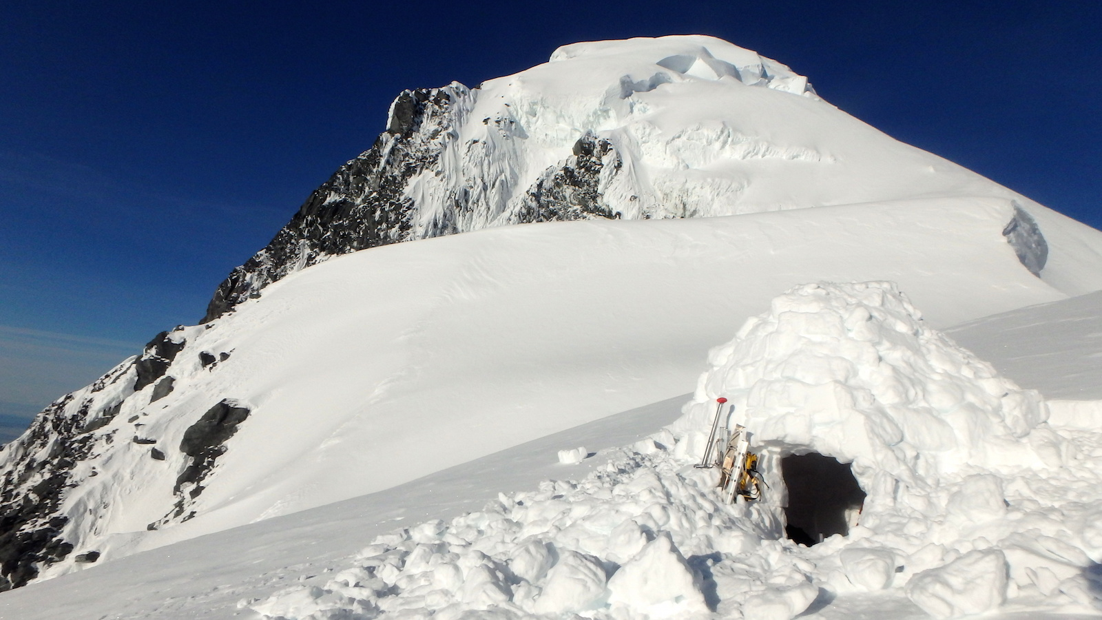 The igloo bivouac on the east shoulder with the summit of Malaspina behind. [Photos] Natalia Martinez, Camilo Rada