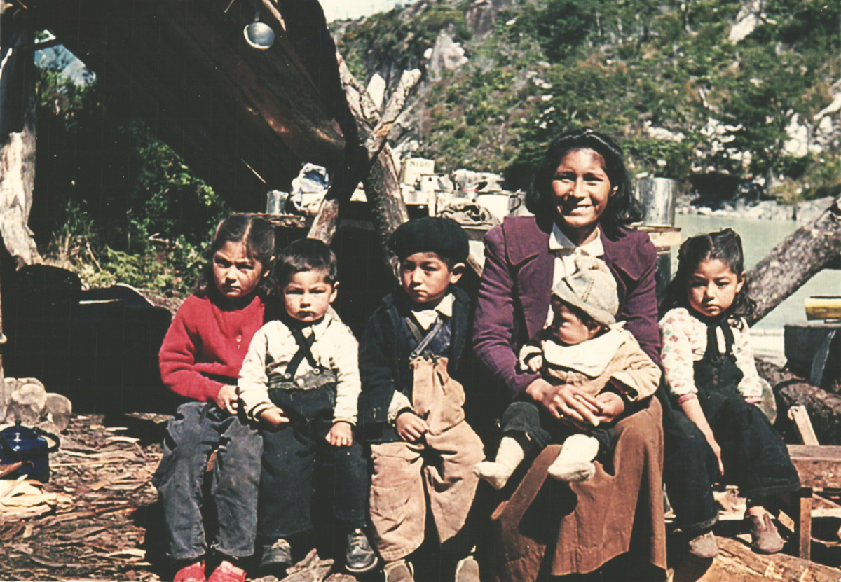 Juana Vidal Menco and her children, 1963. Photo: Irma Guelet Vera.